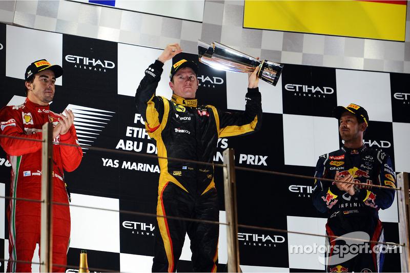 """2012 - Após pedir para seu engenheiro o """"deixar em paz"""", Kimi Raikkonen comemora - ao seu estilo - a vitória no pódio"""