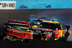 Clint Bowyer, Michael Waltrip Racing Toyota, und Jeff Gordon, Hendrick Motorsports Chevrolet, mit Cr