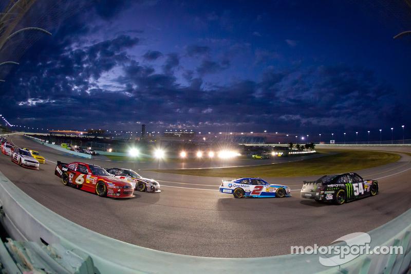 Kyle Busch, Kyle Busch Motorsports Toyota en Elliott Sadler, Richard Childress Racing Chevrolet