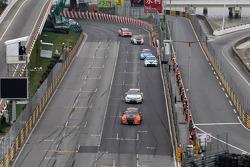 Norbert Michelisz, BMW 320 TC, Zengˆ Motorsport leads Alex MacDowall, Chevrolet Cruze