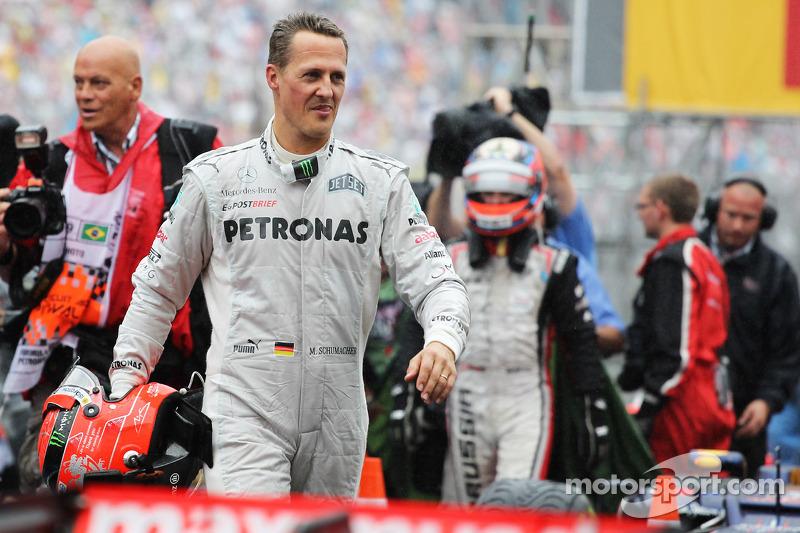 Michael Schumacher, Mercedes AMG F1, dice adiós en el parque cerrado.