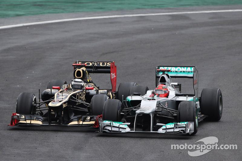 Michael Schumacher, Mercedes AMG F1, und Kimi Räikkönen, Lotus F1, im Zweikampf