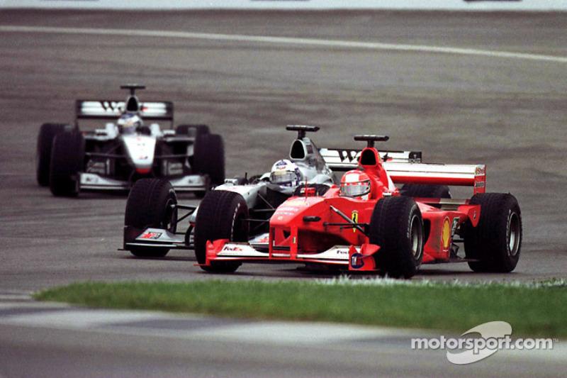 Michael Schumacher pasa a David Coulthard