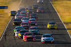 Start: Craig Lowndes, Triple Eight Race Engineering Holden, führt