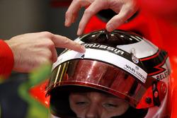 Механік вказує на місце удару уламку на шоломі Макса Чілтона, Marussia F1