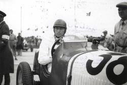 Hans Rüesch steht am Start zum Eifelrennen 1935 auf dem Nürburgring. Mit seinem Maserati 4CS 1500 belegt er dann den zweiten Rang