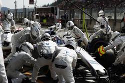 Guy Martin si unisce alla pit crew del team Williams F1, durante la gara, nella posizione in fondo a sinistra