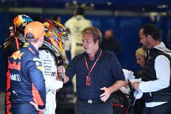 Max Verstappen, Red Bull Racing, le poleman Lewis Hamilton, Mercedes AMG F1 et Davide Valsecchi, Sky Italia dans le parc fermé