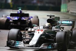 Lewis Hamilton, Mercedes AMG F1 W08 passeert Marcus Ericsson, Sauber C36 na diens crash