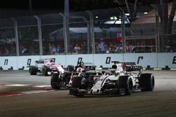 Фелипе Масса, Williams FW40, Кевин Магнуссен, Haas F1 Team VF-17, и Эстебан Окон, Sahara Force India F1 VJM10