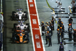 Фернандо Алонсо, McLaren MCL32, Лэнс Стролл, Williams FW40, и Ромен Грожан, Haas F1 Team VF-17
