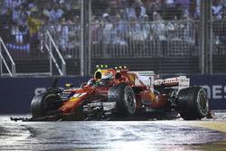 После аварии: Макс Ферстаппен, Red Bull Racing RB13, и Кими Райкконен, Ferrari SF70H