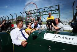 Jolyon Palmer, Renault Sport F1 Team en discussion avec Johnny Herbert, Sky TV lors de la parade des pilotes