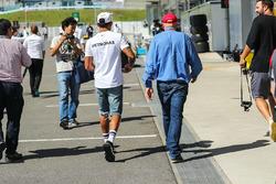Гонщик Mercedes AMG F1 Льюис Хэмилтон и неисполнительный директор Mercedes Ники Лауда