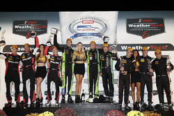 Podio P: i vincitori Scott Sharp, Ryan Dalziel, Brendon Hartley, Tequila Patrón ESM, al secondo posto Eric Curran, Dane Cameron, Mike Conway, Action Express Racing, al terzo posto Helio Castroneves, Simon Pagenaud, Juan Pablo Montoya, Team Penske