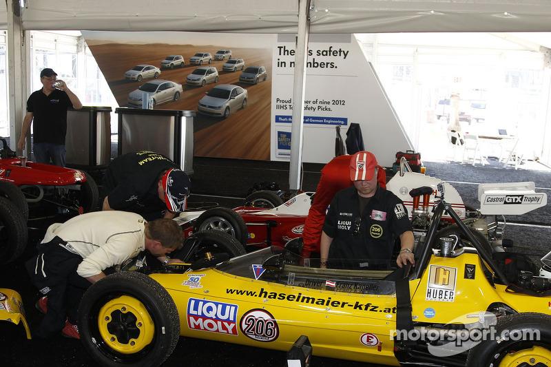 Mechaniker bereiten die Formula Vees beim Formel-V-Revival auf dem Daytona International Speedway vor