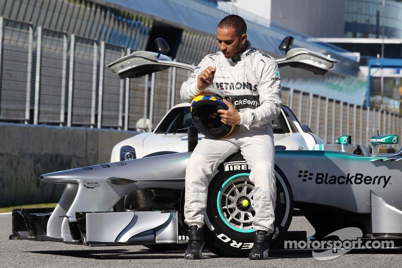 Льюіс Хемілтон із новим Mercedes AMG F1 W04