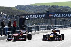 Felipe Massa, Ferrari F138, e Mark Webber, RB9 Red Bull Racing, nos boxes