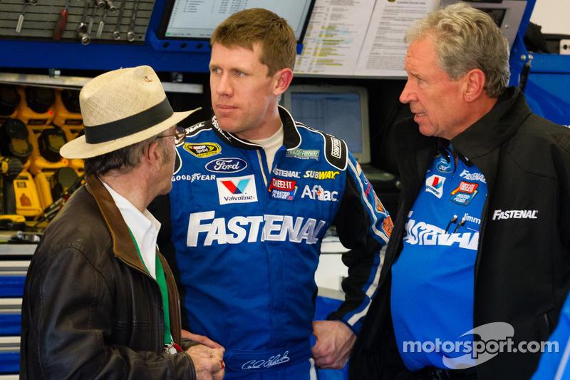 Carl Edwards, Roush Fenway Racing Ford back in de pits na de crash, met Jack Roush en Jimmy Fenning