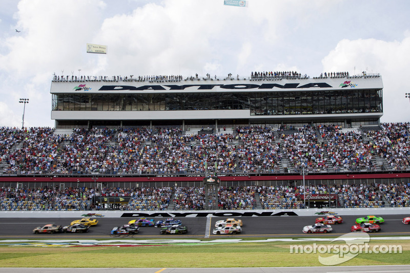 Start: Trevor Bayne leads the field
