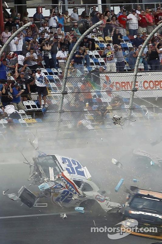 Acidente na última volta: Kyle Larson e Nelson A. Piquet batem