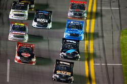 Joey Coulter voor een groep trucks