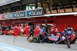 Daniel Ricciardo, Scuderia Toro Rosso STR8 and Fernando Alonso, Ferrari F138 in the pits
