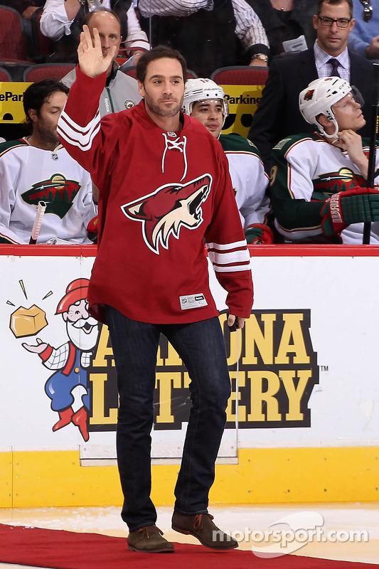 Jimmie Johnson solta o disco em um jogo de Phoenix Coyotes, NHL