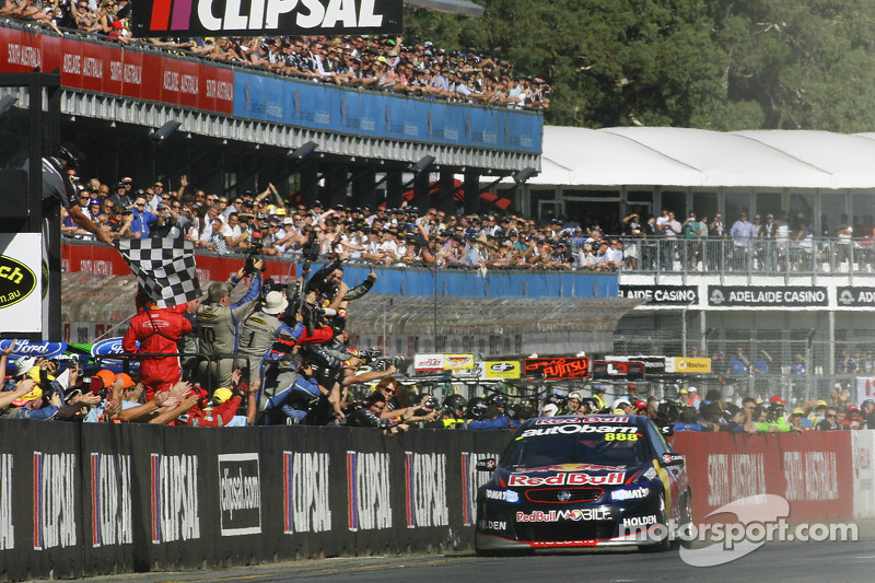 Craig Lowndes, Red Bull Holden passeert de finish