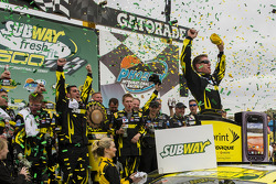 Pós-corrida: o vencedor Carl Edwards, Roush Fenway Racing Ford, comemora
