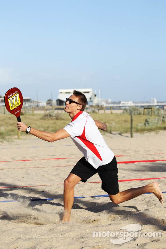 Max Chilton, Marussia F1 Team joga tênis de praia