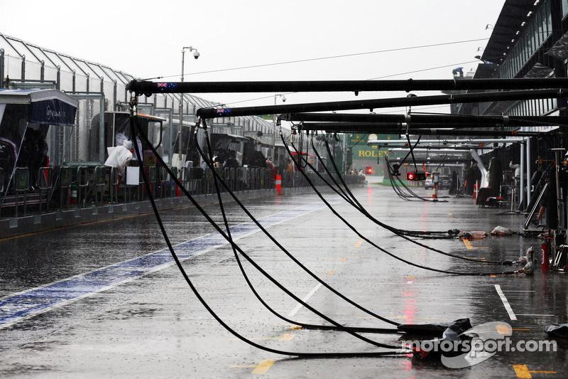Дождь усилился, а день близился к завершению – к 18 часам начало смеркаться. В итоге руководители Гран При приняло решение перенести оставшиеся два сегмента квалификации на утро воскресенья
