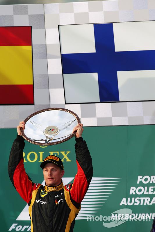O vencedor Kimi Raikkonen, Lotus F1 Team comemora no pódio