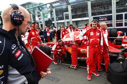 Adrian Newey, Red Bull Racing, engenheiro chefe, olha a Ferrari no grid