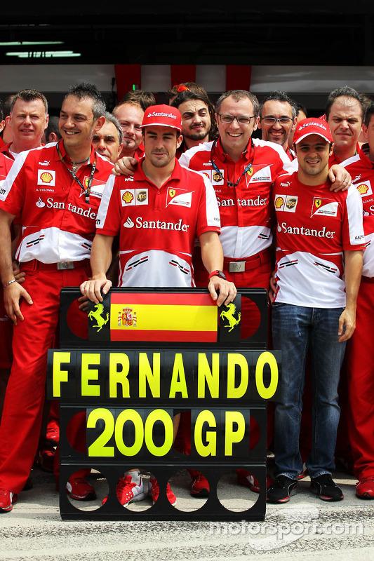Fernando Alonso, Ferrari celebra o GP 200 com o companheiro de equipe Felipe Massa, Ferrari, Stefano Domenicali, Presidente da Ferrari, e o time