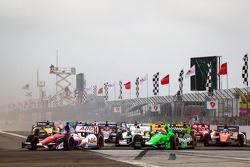 Start: Takuma Sato, A.J. Foyt Enterprises Honda and James Hinchcliffe, Andretti Autosport Chevrolet