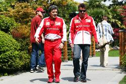 Fernando Alonso, Ferrari com Abrizio Borra, Personal Trainer Formula 1 Campeão Mundial, Rd 3, GP da China, Xangai, China, Dia da Classificação. - www.xpbimages.com, EMail: requests@xpbimages.com - cópia da publicação exigida para fotos impressas.E