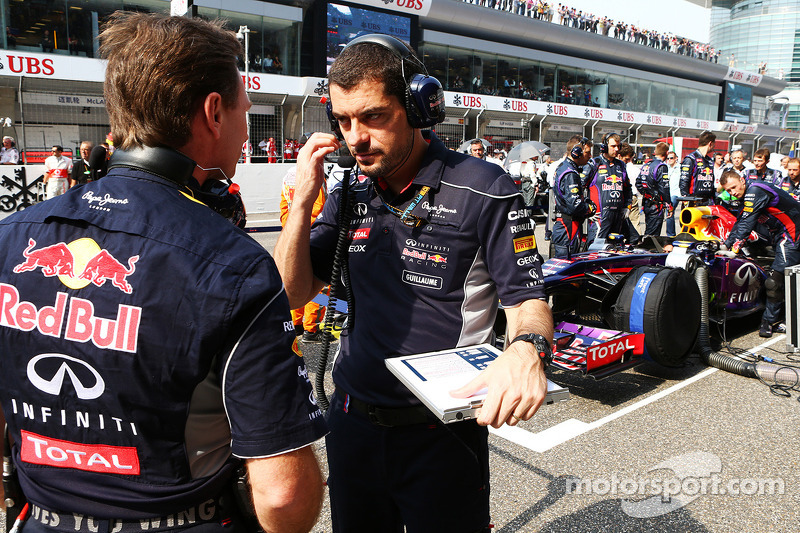 Christian Horner, Teambaas Red Bull Racing met Guillaume Rocquelin , Red Bull Racing Race Engineer op de grid