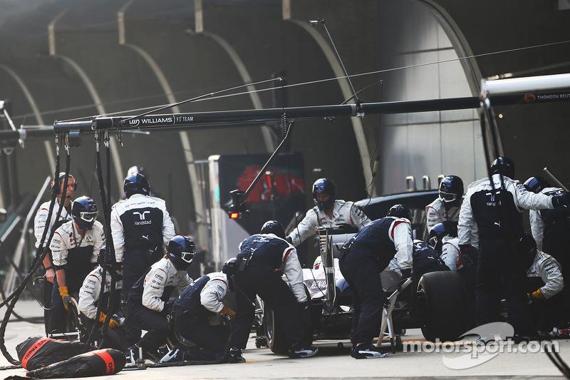 Pastor Maldonado, Williams FW35 makes a pit stop
