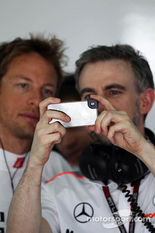 Jenson Button, McLaren com o Adam Cooper, Assessor de Imprensa da McLaren