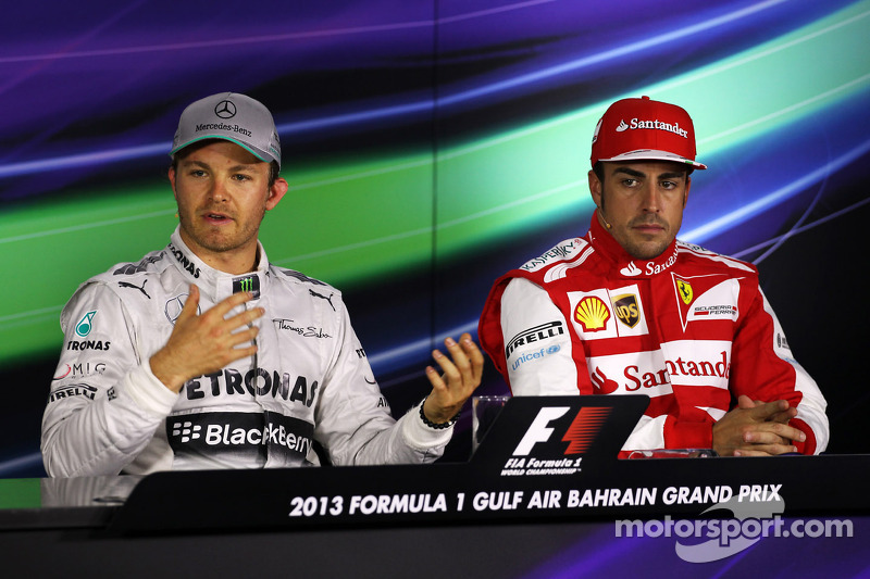(L naar R): Polesitter Nico Rosberg, Mercedes AMG F1 en Fernando Alonso, Ferrari bij de FIA-persconf