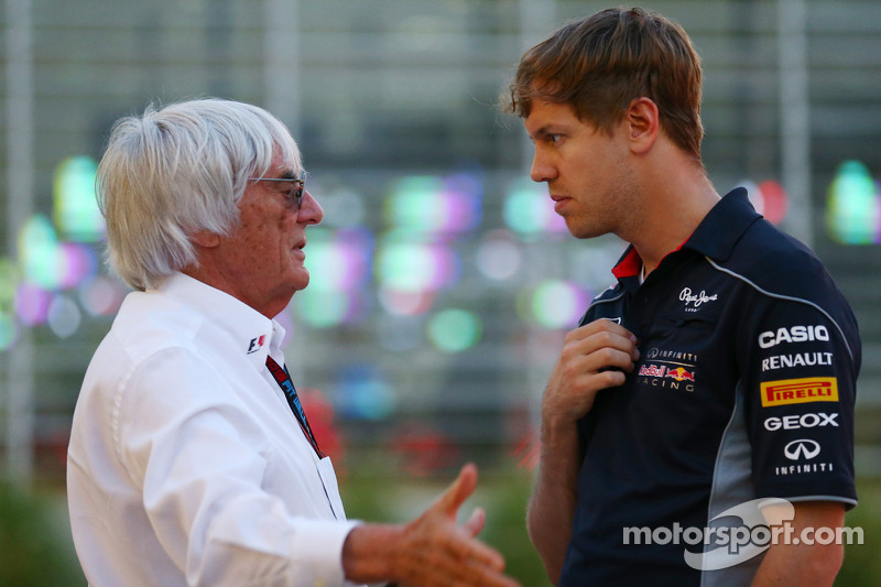(L naar R): Bernie Ecclestone, CEO Formula One Group, praat met Sebastian Vettel, Red Bull Racing