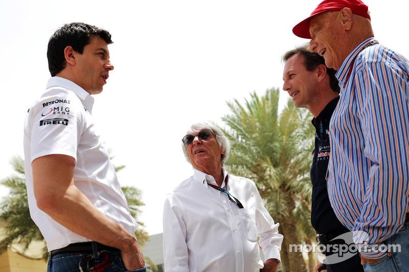 (L naar R): Toto Wolff, Aandeelhouder en directeur Mercedes AMG F1 met Bernie Ecclestone, CEO Formula One Group, Teambaas Red Bull Racing en Niki Lauda, Mercedes Non-Executive Chairman