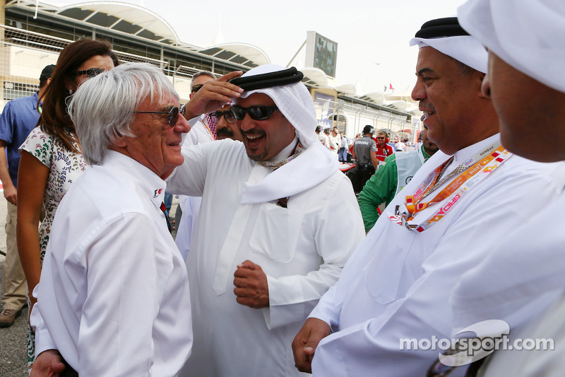 Bernie Ecclestone, CEO Formula One Group, met Prins Salman bin Hamad Al Khalifa, kroonprins van Bahrein op de grid