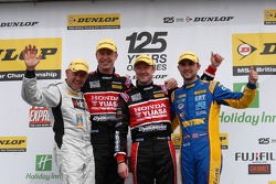 Round 4 podium 1e plaats Gordon Shedden, 2e plaats Andrew Jordan, 3e plaats Matt Neal en JST winnaar James Kaye