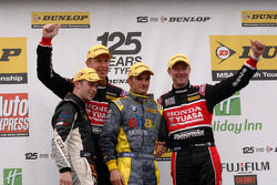 Etapa 6 pódio primeiro Colin Turkington, segundo Gordon Shedden, terceiro Matt Neal e JST vencedor Joe Girling
