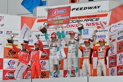 GT500 podio: vencedores Kazuki Nakajima, James Rossiter, segunda posição Yuji Tachikawa, Kohei Hirat