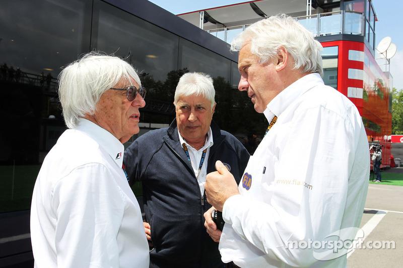 (L naar R): Bernie Ecclestone, CEO Formula One Group, met Herbie Blash, FIA Delegate en Charlie Whiting, FIA Delegate