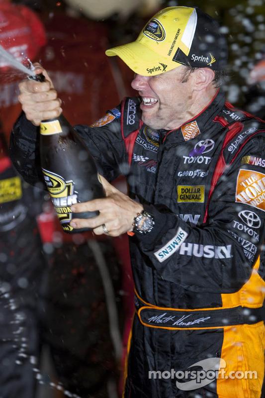 Pós-corrida: o vencedor Matt Kenseth, Joe Gibbs Racing Toyota, comemora