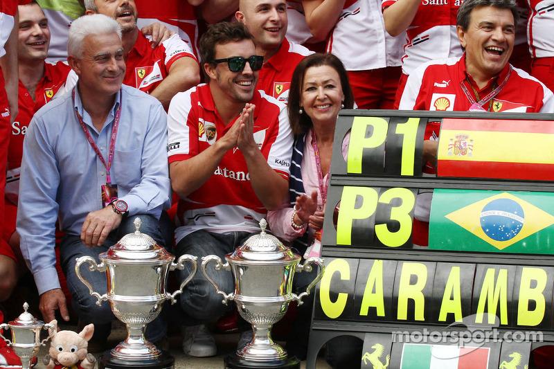 Переможець гонки Фернандо Алонсо святкує разом із командою